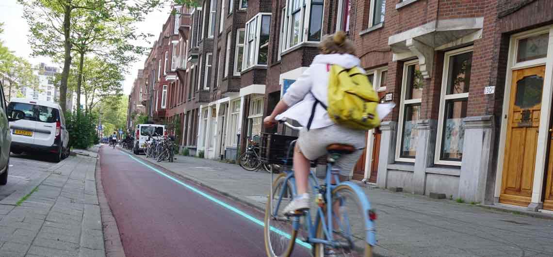 Het is groen en ligt op het fietspad...